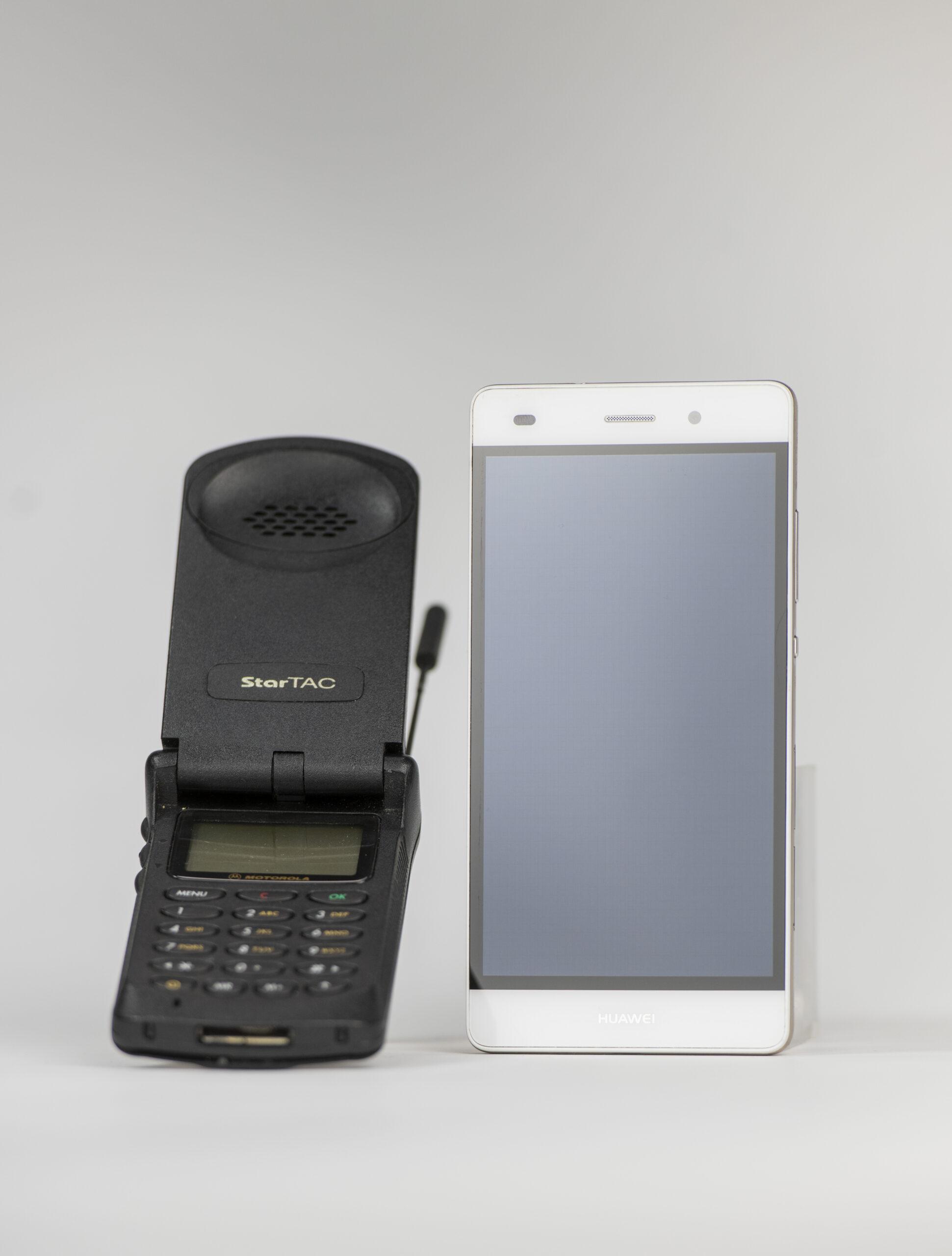 Das Klapphandy Motorola StarTAG (1996) und das Smartphone Huawei P8lite (2019)